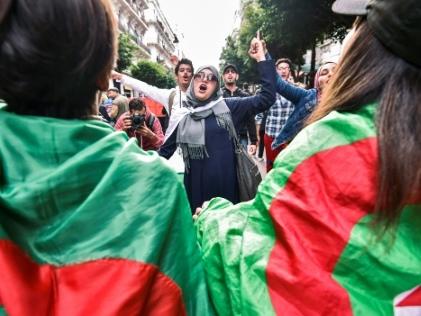 """La jeunesse algérienne rêve de mettre les """"dinosaures"""" au pouvoir dans un musée"""
