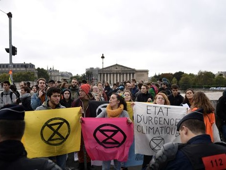 Extinction Rebellion: le blocage devant l'Assemblée dégagé par la police