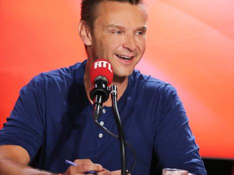 """VIDÉO - Les Grosses Têtes : Jeanfi Janssens chante """"Barbie Girl"""" dans les fake news"""