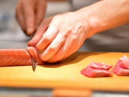 Japon: un restaurant de sushi trois étoiles radié du Guide Michelin