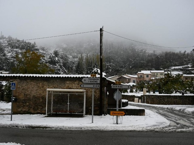 EN DIRECT - Neige dans le sud-est : dans la Drôme, l'Isère et l'Ardèche, 79.500 foyers toujours privés d'électricité