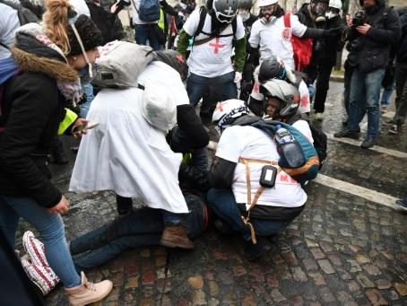 """Aux côtés des """"gilets jaunes"""", des dizaines de secouristes """"t-shirts blancs"""""""
