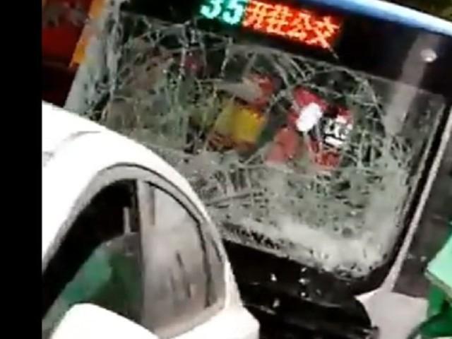 En Chine, un homme armé prend le contrôle d'un bus et tue huit personnes