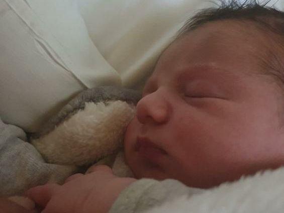 Nino né dans la nuit au bord de la route faute de maternité à Die
