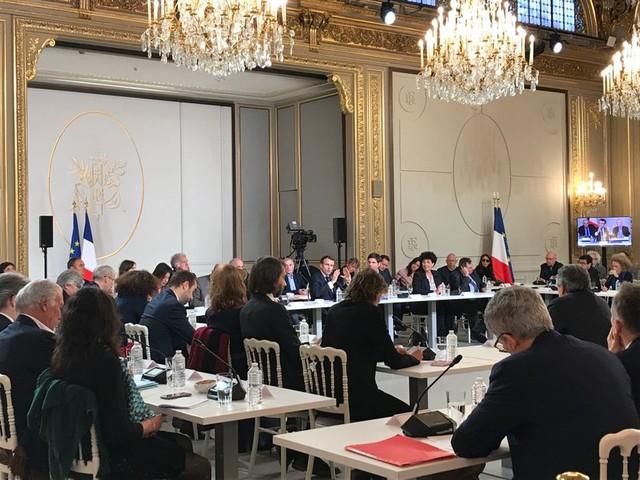 """""""Gilets jaunes"""" : après les violences de samedi, Emmanuel Macron dénonce sur France Culture une """"émeute de casseurs"""""""