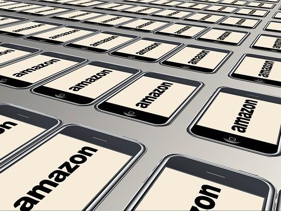 Amazon promet de ne plus émettre de carbone d'ici 2040 et d'acheter 100 000 fourgonnettes électriques