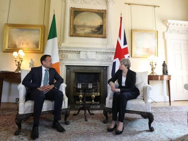 Brexit: Les pourparlers s'ouvrent avec une Theresa May fragilisée