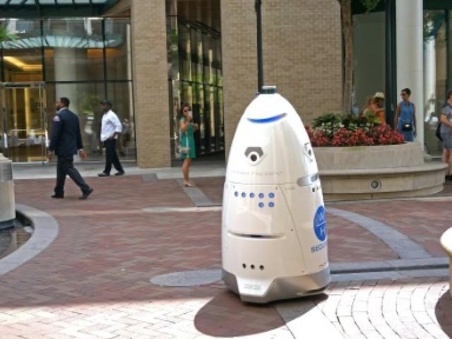 """Les robots de sécurité à la mode malgré le """"suicide"""" de l'un d'eux"""