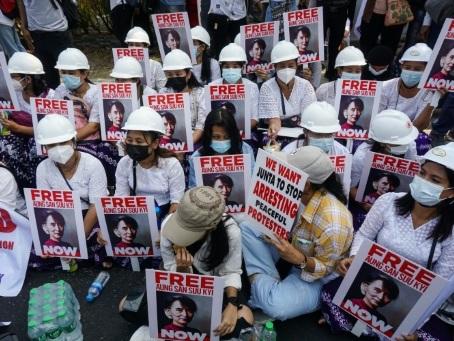Birmanie: la diplomatie entre en scène, les manifestations continuent