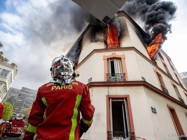 EN IMAGES. Un immeuble prend feu à Courbevoie, deux blessés graves