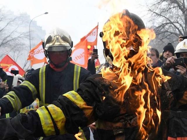 Paris : des affrontements entre pompiers et policiers lors d'une manifestation