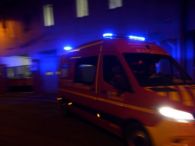 Onze blessés légers dans le spectaculaire incendie d'un immeuble près de Lyon