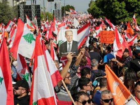 Liban: les soutiens du président Aoun se mobilisent, la contestation aussi