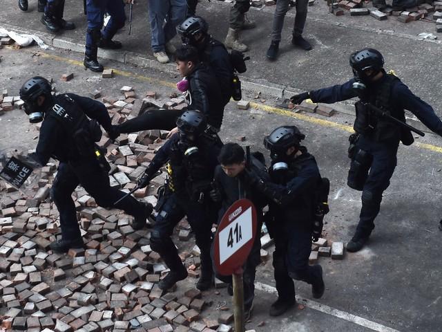"""À Hong Kong, la police menace d'utiliser des """"balles réelles"""" face aux manifestants armés"""