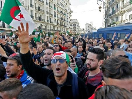 """Le """"Hirak"""" massivement mobilisé à Alger pour fêter une """"nouvelle Révolution"""""""