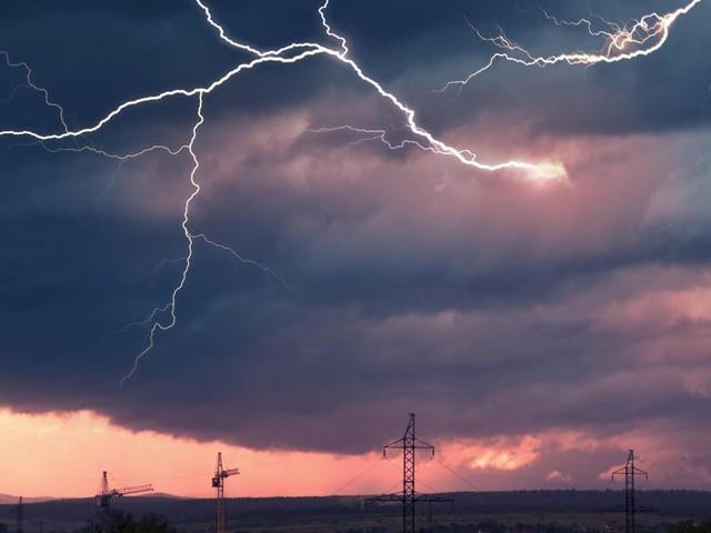 Orages intenses, grêle, fortes pluies: le pays placé en alerte ce vendredi, voici les prévisions météo région par région
