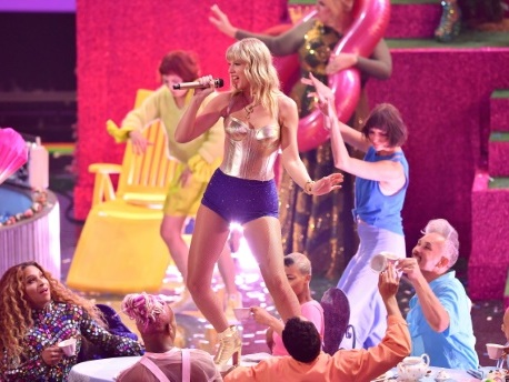 """Taylor Swift accuse les dirigeants de son ancien label de """"contrôle tyrannique"""""""