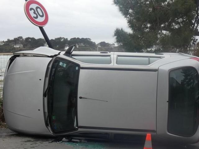 Pris d'un violent éternuement au volant, l'automobiliste percute un lampadaire à Saint-Briac