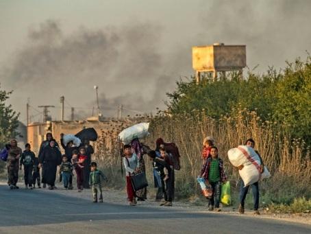 En Syrie, les civils fuient l'avancée des forces turques contre les Kurdes