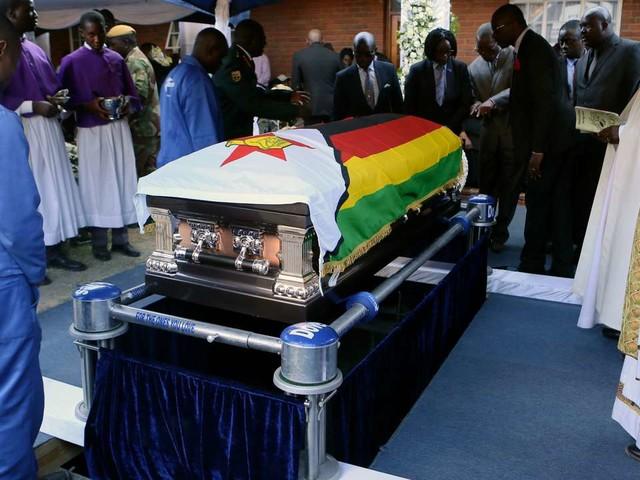 Au Zimbabwe, l'ex-président Robert Mugabe enterré en famille, dans son village natal