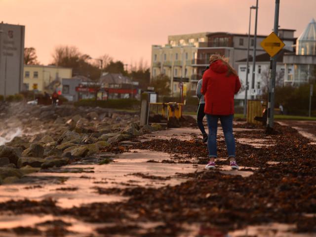 La tempête Ophelia fait 3 morts en Irlande, les écoles fermées