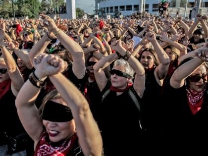 """""""Le violeur, c'est toi!"""": la chorégraphie féministe chilienne qui fait le tour du monde"""