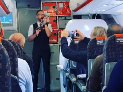 Insolite : Un steward français chante « All I want for Christmas is you » pour ses passagers