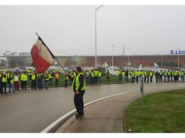 Blocage des gilets jaunes : à Bourg-en-Bresse, les accès aux centres économiques sont bloqués [Vidéos]