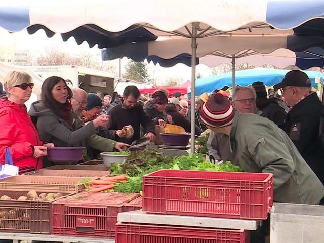 À trois semaines du premier tour des municipales, candidats et électeurs se croisent sur le marché de Poitiers