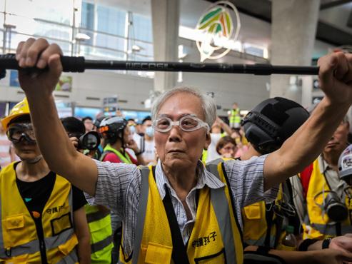 """A 85 ans """"Papi Wong"""" joue les médiateurs dans les manifestations à Hong Kong: """"Je préférerais qu'ils tuent les personnes âgées"""""""