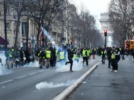"""Enquête ouverte sur la main arrachée d'un manifestant """"gilet jaune"""" à Paris"""