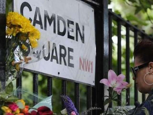 Amy Winehouse: à Londres, les fans affluent pour lui rendre hommage, 10 ans après sa mort
