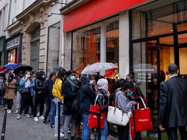 Coronavirus : à Paris, des policiers contrôlent les jauges des commerces pour les soldes