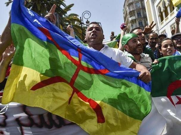 Algérie: prison ferme pour une vingtaine de manifestants ayant arboré un drapeau amazigh