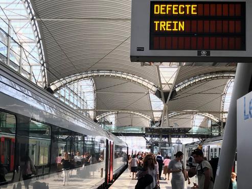 """""""C'est du grand n'importe quoi"""": des centaines de navetteurs coincés pendant plus d'une heure reprennent un autre train qui s'arrête à son tour"""