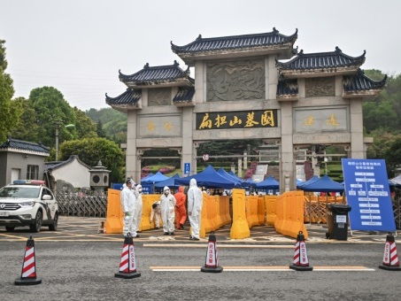 Berceau du Covid-19, la ville chinoise de Wuhan enterre ses morts