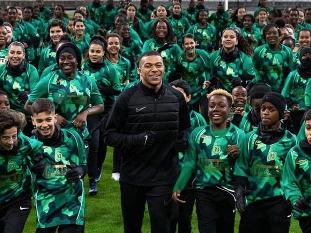 """La ligne de vêtements de Kylian Mbappé, un """"signe de reconnaissance"""" envers Bondy"""