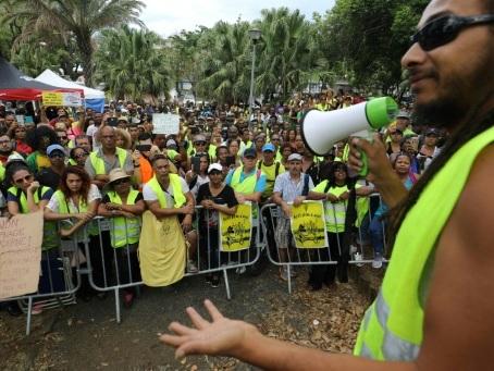 """""""Gilets jaunes"""": retour au calme à La Réunion après une nuit d'affrontements au port"""