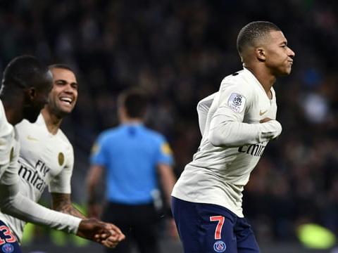 """Ligue 1: Mbappé prolonge l'état de grâce du PSG dans le """"chaudron"""" de Saint-Etienne"""