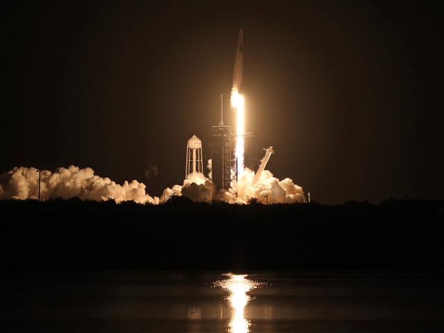 Une fusée SpaceX en route vers la station spatiale avec quatre astronautes