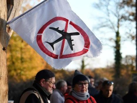 """Abandon de l'aéroport de NDDL: pourquoi parle-t-on de """"déni de démocratie""""?"""