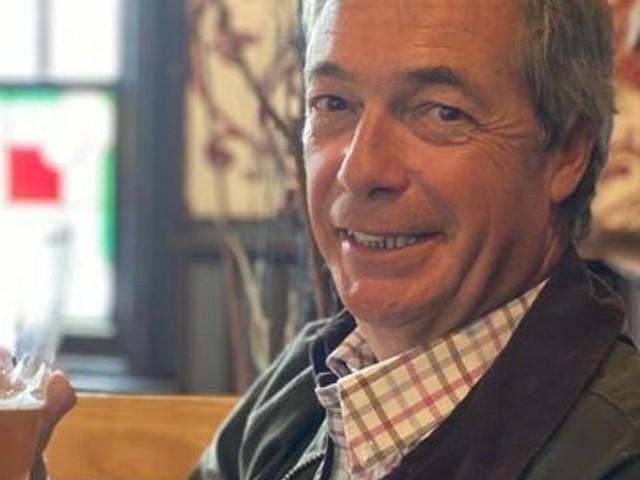 Nigel Farage fête la réouverture des pubs au Royaume-Uni (et cela pourrait lui coûter cher)
