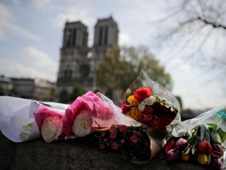 Macron et Paris rendent hommage aux sauveteurs de Notre-Dame