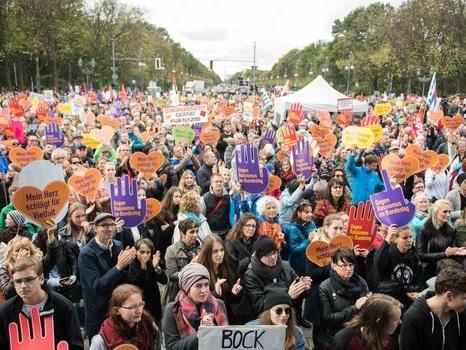 Berlin: manifestation contre les débuts de l'extrême droite au Parlement