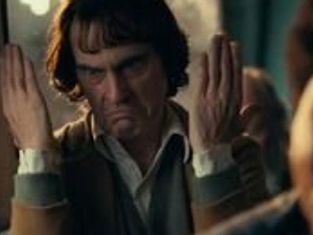 """Dans la bande-annonce du """"Joker"""", Joaquin Phoenix va vous donner le sourire"""