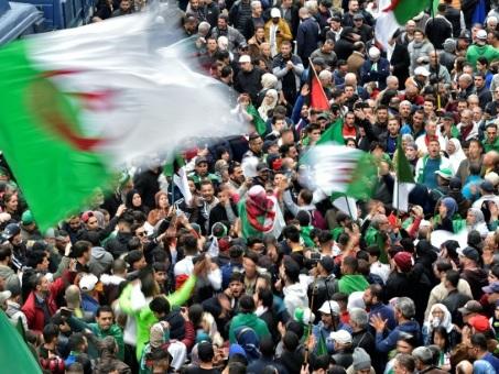 Les Algériens bouclent dans la rue un an de contestation populaire inédite