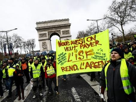 """De Paris à Nice ou Marseille, paroles de """"gilets jaunes"""" en colère"""