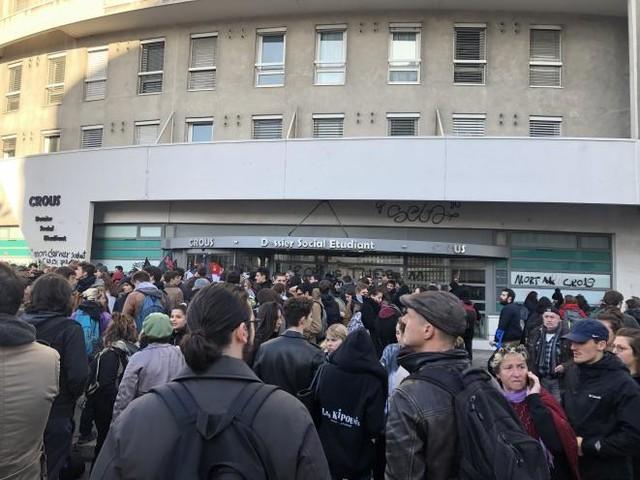 Après l'immolation de leur ami, des étudiants manifestent contre la précarité étudiante