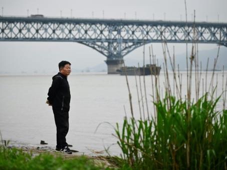 """En Chine, un """"ange"""" veille sur le """"pont des suicidés"""""""