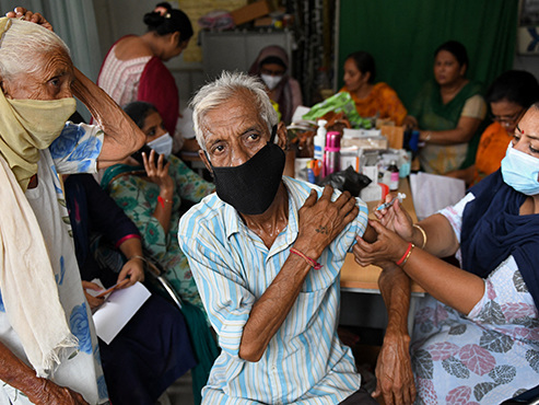 Coronavirus dans le MONDE: deux morts suspectes au Japon, 10 millions de vaccinés en UN jour en Inde